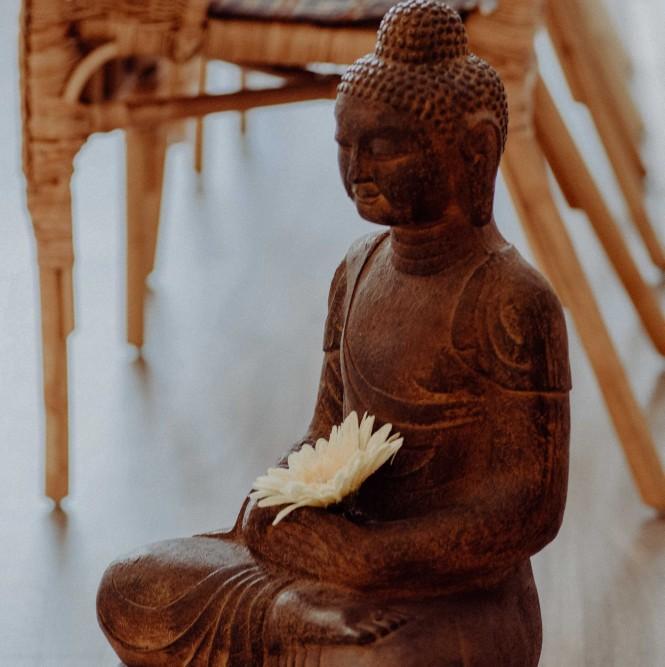 Yoga als Therapie zur Behandlung von Stress und Stärkung der Gesundheit